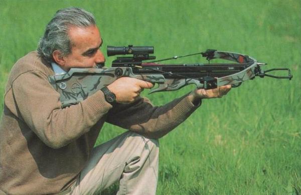 """Der Autor beim Probeschießen mit dem Horton-Armbrustmodell """"Hunter"""""""