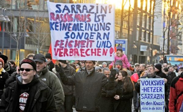 """Sie brauchen nicht """"meinungsmutig"""" zu sein, um gegen Sarrazin und Rassismus zu demonstrieren und Gefängnis für Sarrazin zu fordern."""