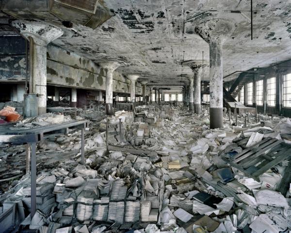 Das öffentliche Schulbücher-Lagerhaus von Detroit, Michigan, einer nahezu gänzlich schwarzen Stadt, wie es im Jahr 2007 zu sehen war.