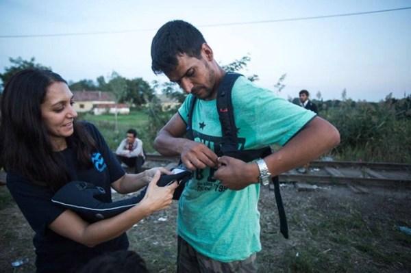 """IsraAID-Mitarbeiterin, Rachel Lasry Zahavi (links) gibt einem afghanischen Invasoren ihre """"Baby Bjorn""""-Trageschlinge."""