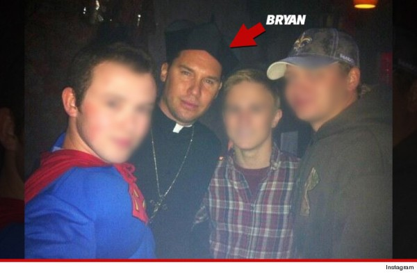 """Bryan Singer, als Priester verkleidet, bei einer Kostümveranstaltung mit jungen """"Freunden""""."""