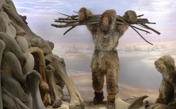 """Cro-Magnon-Menschen (rechts sitzend eine Frau) in einem Diorama in der """"Spitzer Hall of Human Origins"""" des American Museum of National History."""