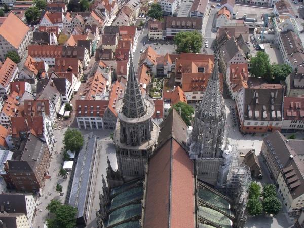 Blick vom Hauptturm des Ulmer Münsters, dem höchsten Kirchturm der Welt, auf die beiden 86 Meter hohen Chortürme.