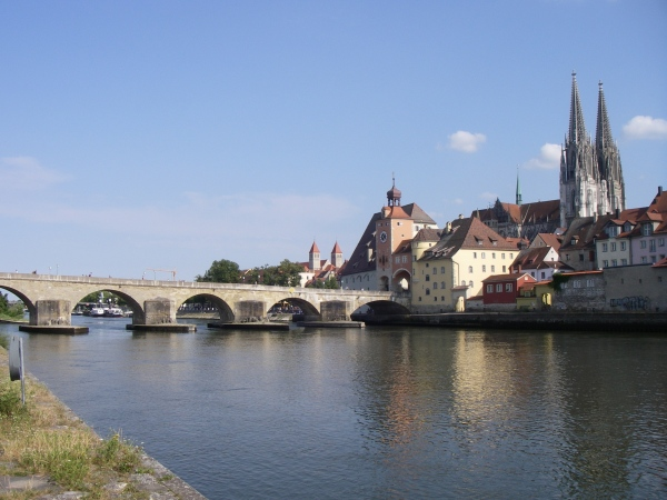 Die Steinerne Brücke in Regensburg mit dem Dom im Hintergrund.