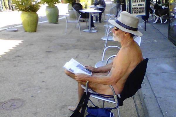 Bildunterschrift in der LA Times: George Davis, 65, übt sein Recht, beim Lesen nackt zu sein, an der Ecke der 17th Street / Castro Street in San Francisco aus. (Maria L. LaGanga, Los Angeles Times / 18. November 2012)