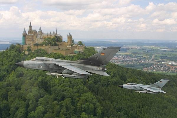 Mehrzweck-Kampfflugzeug Tornado. Zwei Tornado ECR passieren die Burg Hohenzollern (Märchenburg) auf dem Berg Zollern .