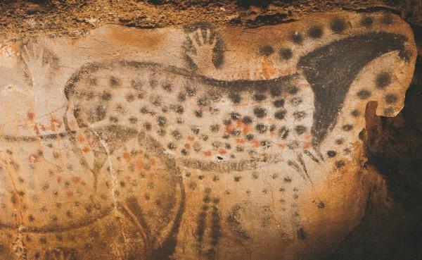 Mindestens 16.000 Jahre alte Bilder von gescheckten Wildpferden und Handnegativen in der Pech-Merle-Höhle bei Cahors in Südwestfrankreich.
