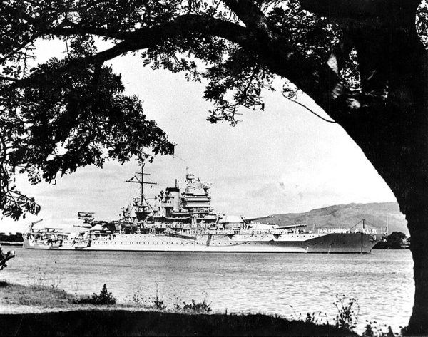 Schlachtschiff USS New Mexico (BB-40) 1935 in Pearl Harbor.