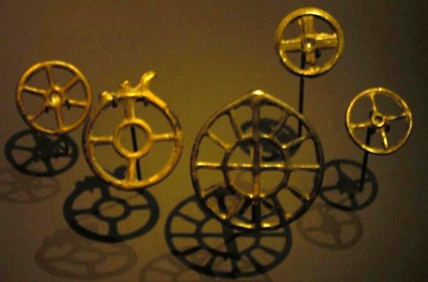 Bronzezeitliche Rädchenanhänger aus der Urnenfelderkultur (1550 – 1000 v. Chr.), Schweizerisches Landesmuseum Zürich.
