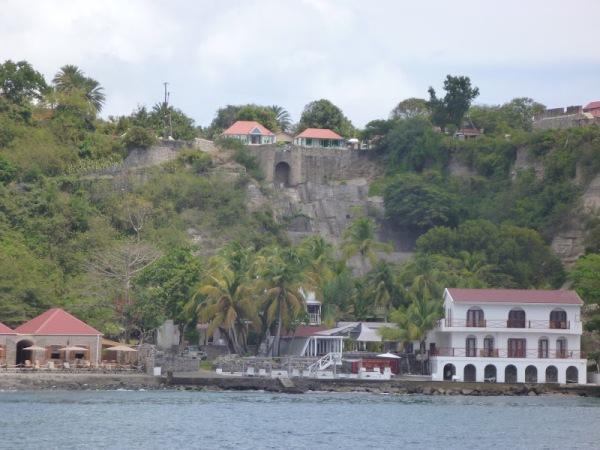 St. Eustatius: Blick auf die Sklavenstraße vom Hafen hinauf zum Dorf über dem Hafen und der Bar.